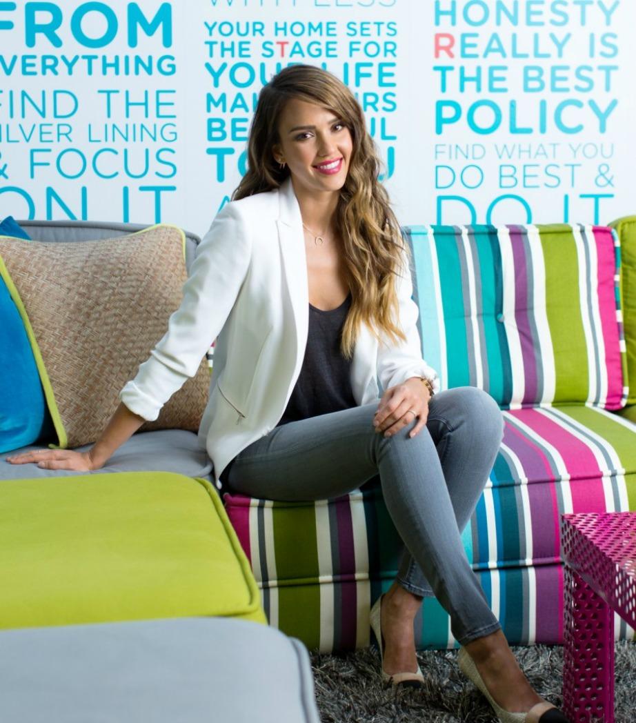 Ο καναπές της ηθοποιού είναι γεμάτος με πολύχρωμες ρίγες.