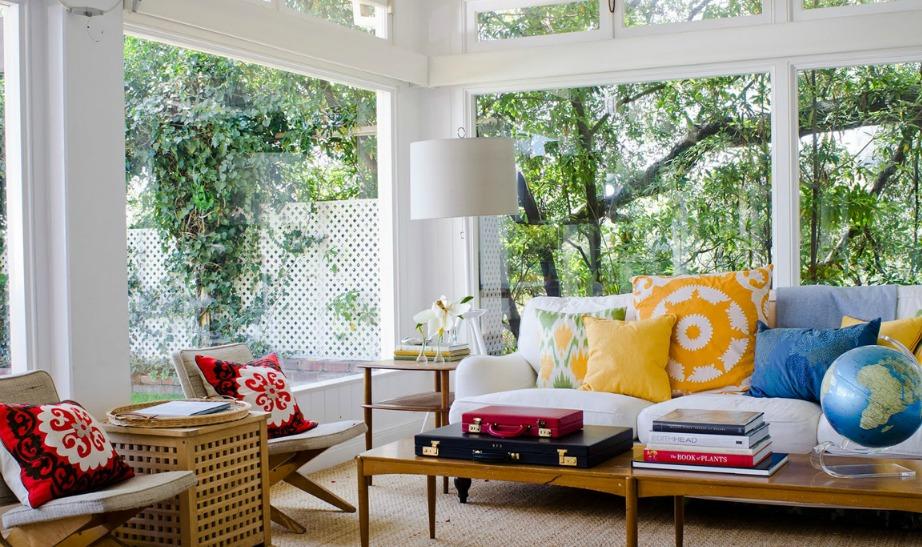 Όταν έχεις τόσο υπέροχη θέα από το σαλόνι σου, επιλέγεις μίνιμαλ διακόσμηση την οποία ενισχύεις με λίγο χρώμα.
