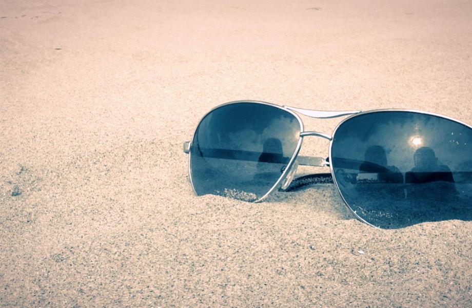 Μπορεί να λατρεύετε την αίσθηση της στα πόδια σας, αλλά η άμμος αφήνει τα σημάδια της στα γυαλιά ηλίου σας.