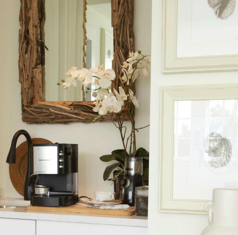 Βάλτε την καφετιέρα στο υπνοδωμάτιο για μεγαλύτερη ευκολία.