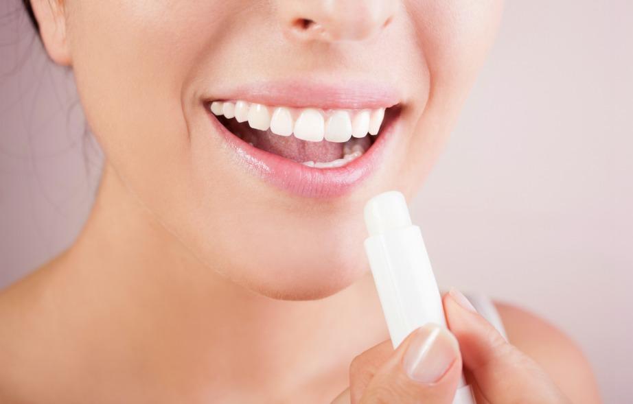 Ένα lip balm με βάση κάποιο έλαιο και βιταμίνη Ε θα ενυδατώσει τα χείλη σας και θα βελτιώσει την εικόνα τους.