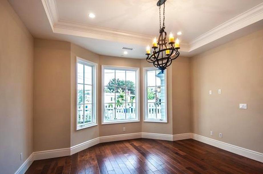 Το εντυπωσιακό φατνωτό ταβάνι κάνει την είσοδο του σπιτιού ακόμα πιο εντυπωσιακή.