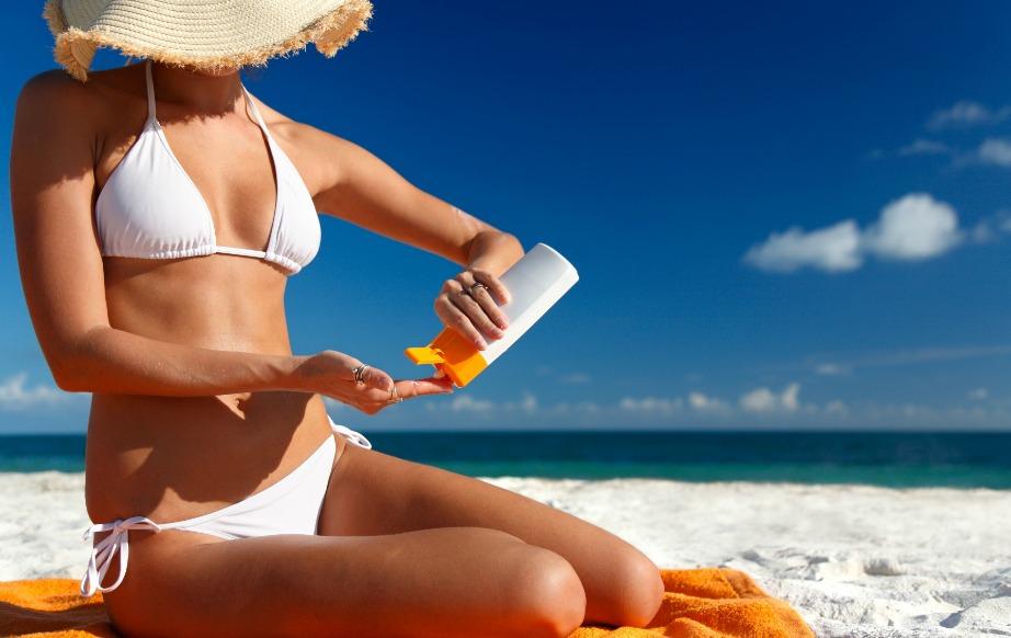 Βάλτε μπόλικο αντιηλιακό πάνω σας και μην σκέφτεστε πώς θα το αφαιρέσετε μετά από τις πετσέτες ή τα ρούχα. Πάνω από όλα είναι η προστασία από τον ήλιο.