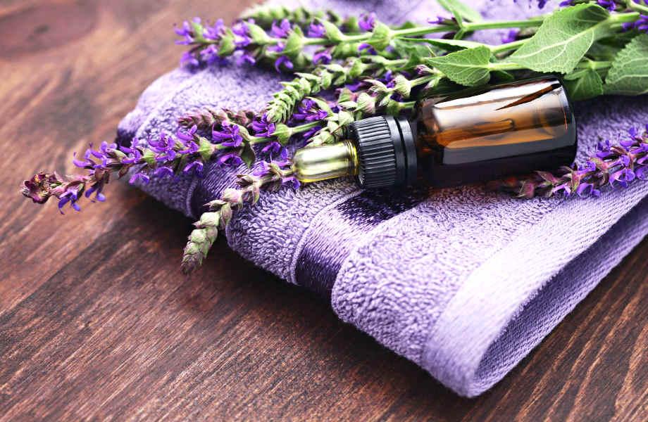 Πέρα από υπέροχη μυρωδιά, το έλαιο λεβάντας παρέχει η ανακούφιση από τον πόνο.