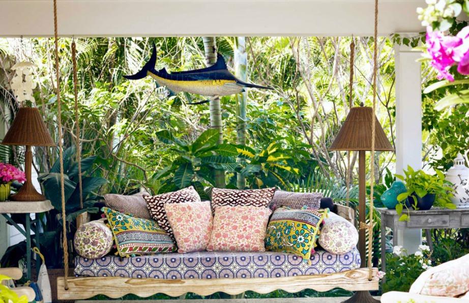 Μην γεμίζετε το μπαλκόνι με έντονα prints. Αφήστε τα λουλούδια σας να δώσουν χρώμα στη βεράντα.