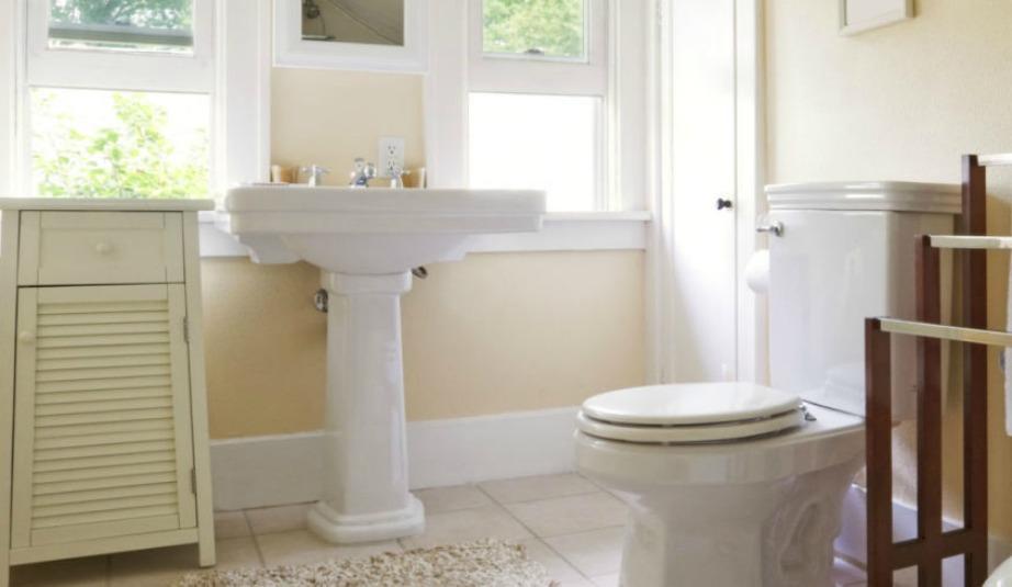 Κρατήστε κλειστή τη λεκάνη κάθε φορά που πατάτε το καζανάκι για να μην πετάγονται μικρόβια σε όλο το μπάνιο.