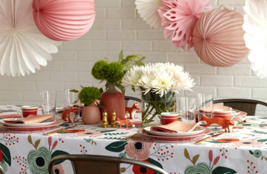 Οι χαριτωμένες μινιατούρες και τα ροζ φανάρια και σερβίτσια  συμπληρώνουν το τραπεζομάντηλο και δίνουν παιχνιδιάρικο και χαρούμενο τόνο στο στολισμό σας!