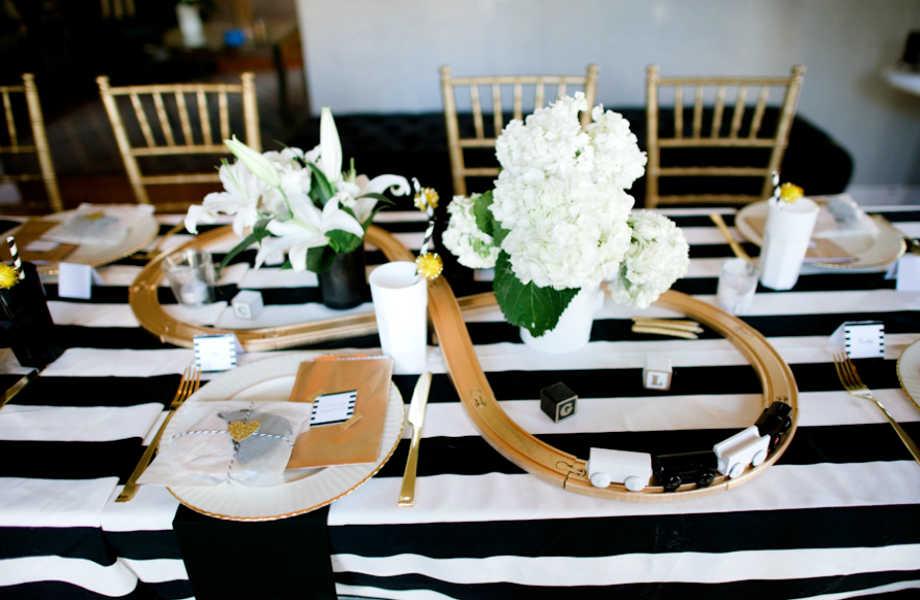 Τα μικρά τρενάκια μια παιχνιδιάρικη πινελιά σε αυτό το υπέρκομψο τραπέζι!