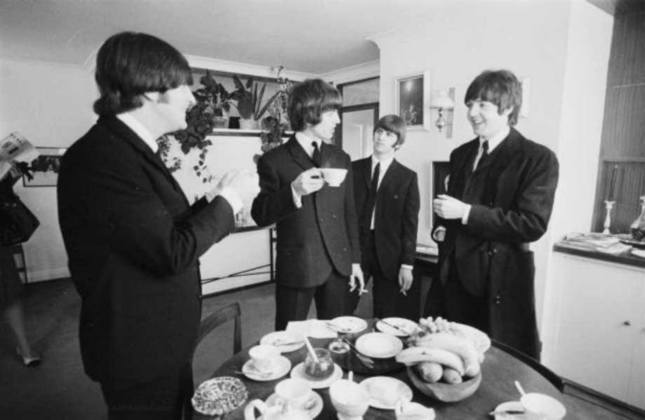 Ώρα για τσάι: οι Beatles απολαμβάνουν το τσάι τους στο διαμέρισμα μερικές ώρες πριν την απονομή του τιμητικού μεταλλίου MBE από τη Βασίλισσα Ελισάβετ το 1965.