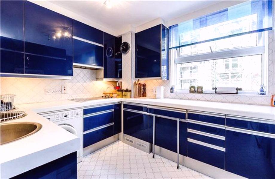 Η ανακαινισμένη κουζίνα αποτελεί το μόνο σημείο του σπιτιού -πέρα από τη θέα- που θυμίζει... το σήμερα!