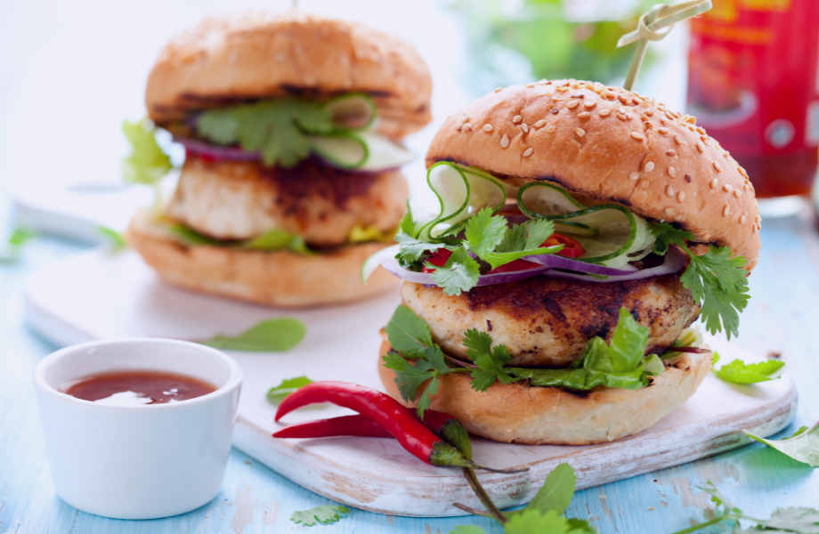 Ψήστε τα μπιφτέκια κοτόπουλου πάνω σε φέτες ντομάτας και πιπεριάς για να δώσετε έξτρα γεύση στο μπέργκερ σας.