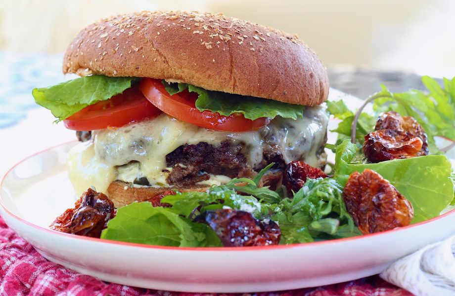 Προτιμήστε κάποιο καπνιστό κίτρινο τυρί για να χαρίσετε το μπέργκερ σας περισσότερη νοστιμιά.