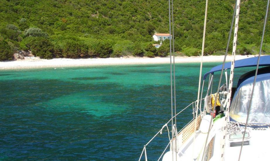 Αυτό το νησάκι με τις γαλαζοπράσινες παραλίες, βρίσκεται στο Ιόνιο Πέλαγος κοντά στην Ιθάκη.