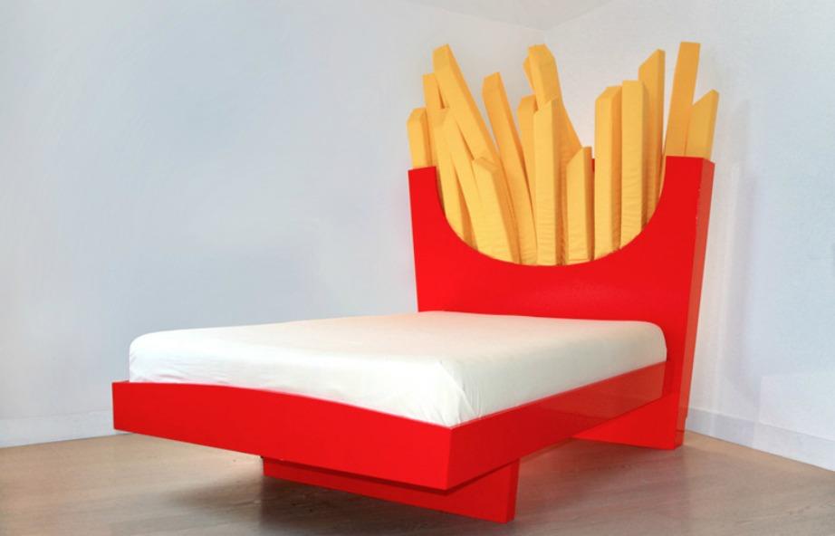 Ένα κρεβάτι που αντί για κεφαλάρι έχει πατάτες τηγανητές.