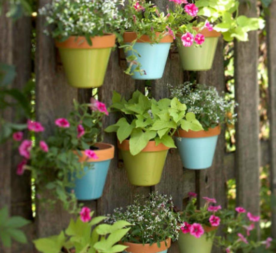 Αν έχετε φράχτη διακοσμήστε τον κάθετα με λουλούδια. Αν δεν έχετε μπορείτε πανεύκολα να δημιουργήσετε μόνοι σας μια ξύλινη επιφάνεια για να διακοσμήσετε τη βεράντα σας.
