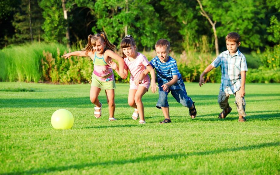 Αφήστε τα παιδάκια σας να παίξουν ανενόχλητα πάνω στο γρασίδι και παίξτε και εσείς μαζί τους. Όλοι οι λεκέδες θα φύγουν με ένα από τα μείγματα που σας προτείνουμε.
