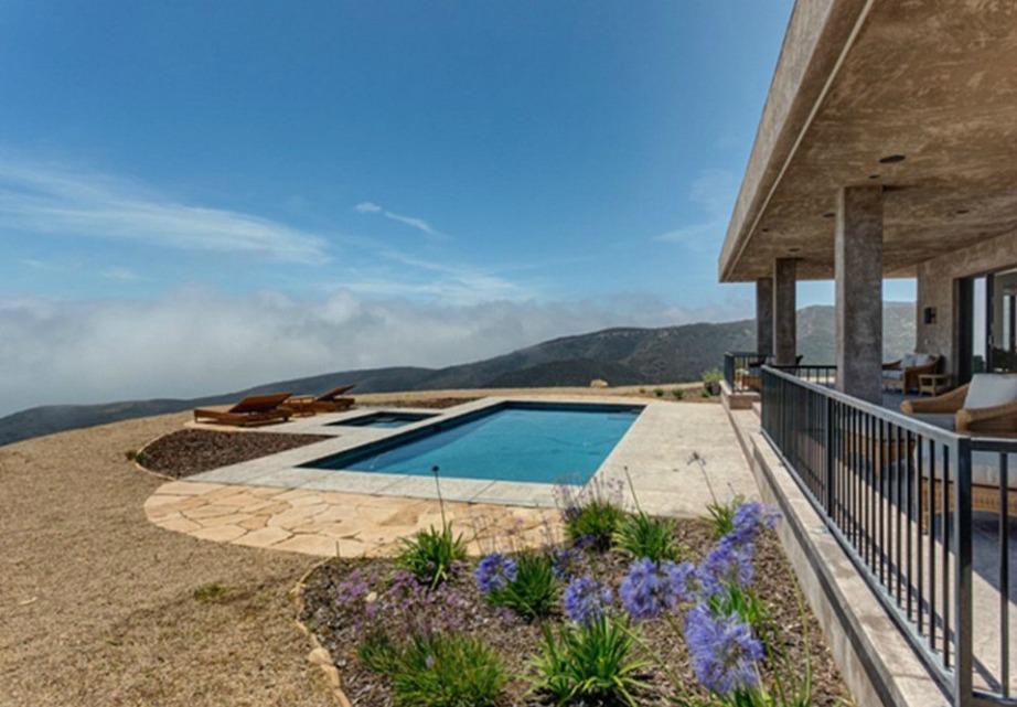 Η πισίνα είναι απλά υπέροχη έτσι που βρίσκεται σχεδόν στην άκρη του γκρεμού.