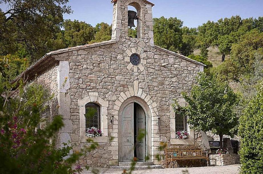 Αν και άθεος το χωριό του περιλαμβάνει και εκκλησία.