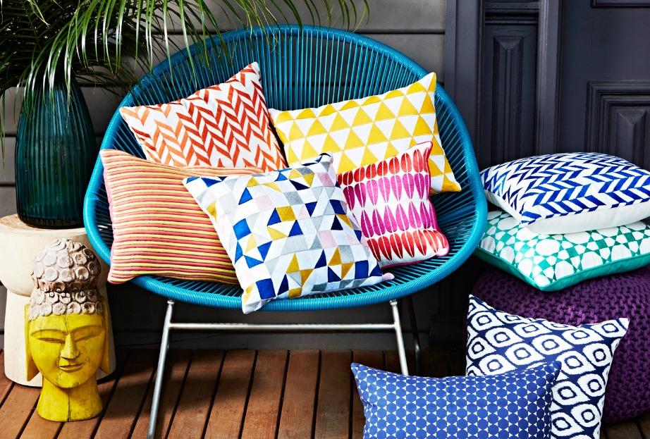 Προσθέστε όμορφα αφράτα μαξιλάρια στο σαλόνι για να κάθεστε κάτω αλλά και πιο άνετα παρέα με την οικογένεια και τους φίλους σας. Δώστε χρώμα στο σαλόνι σας.
