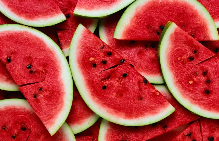 Το έντονο χρώμα που έχει το καρπούζι οφείλεται στο συστατικό λυκοπένιο που είναι και αυτό που κάνει έναν λεκέ από καρπούζι να έχει χρώμα.