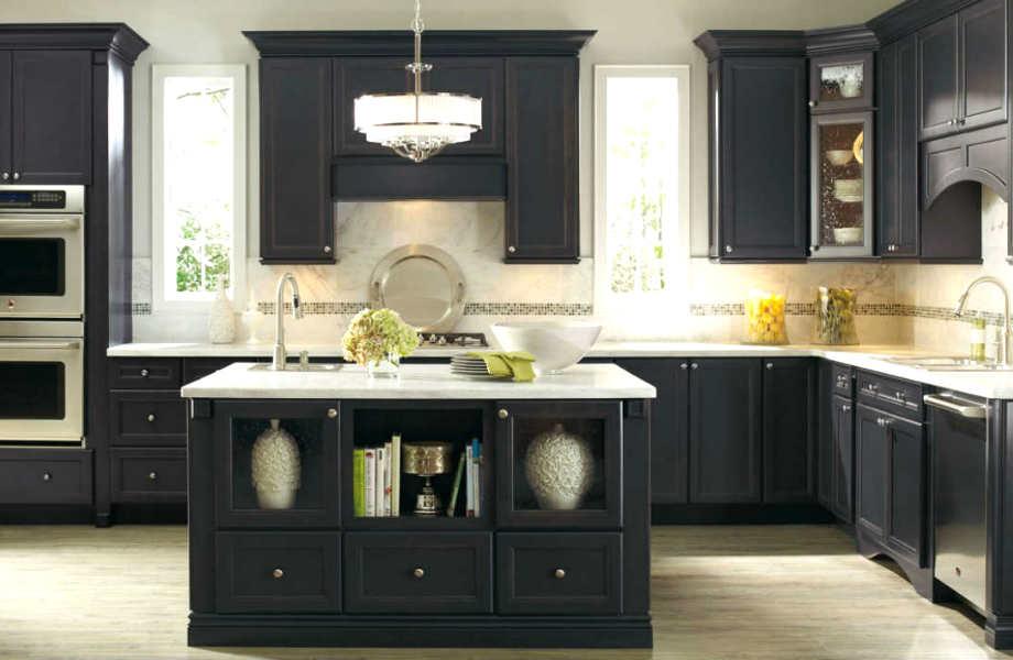Φοβάστε ότι το μαύρο θα κάνει την κουζίνα σας να φαίνεται πιο μουντή και μικρή; Κρατήστε λευκούς τους τοίχους της!
