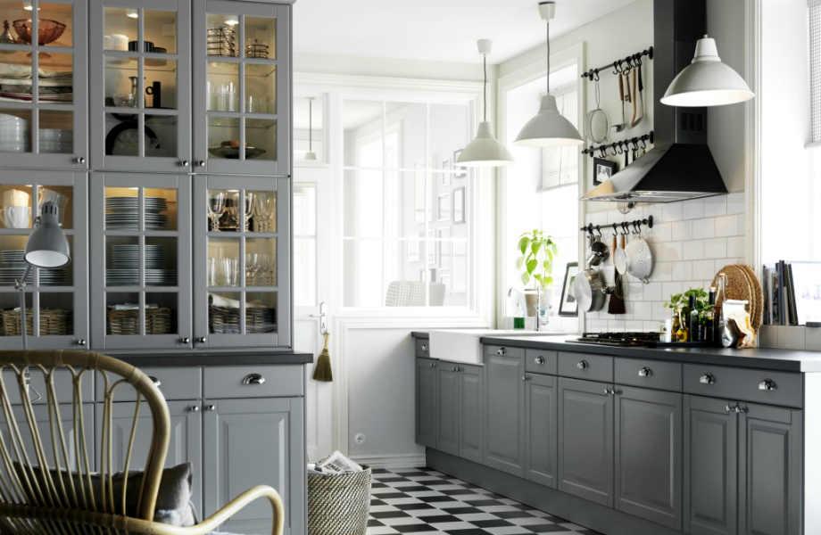 Αναδείξτε το ασπρόμαυρο δάπεδο της κουζίνας σας βάφοντας τα ντουλάπια της γκρι!