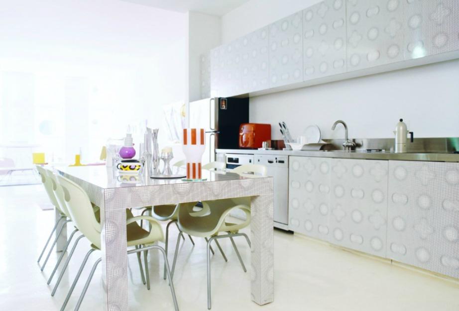Χαρίστε φως στην κουζίνα σας ανοίγοντας τις κουρτίνες και προσθέτοντας καλό εσωτερικό φωτισμό.