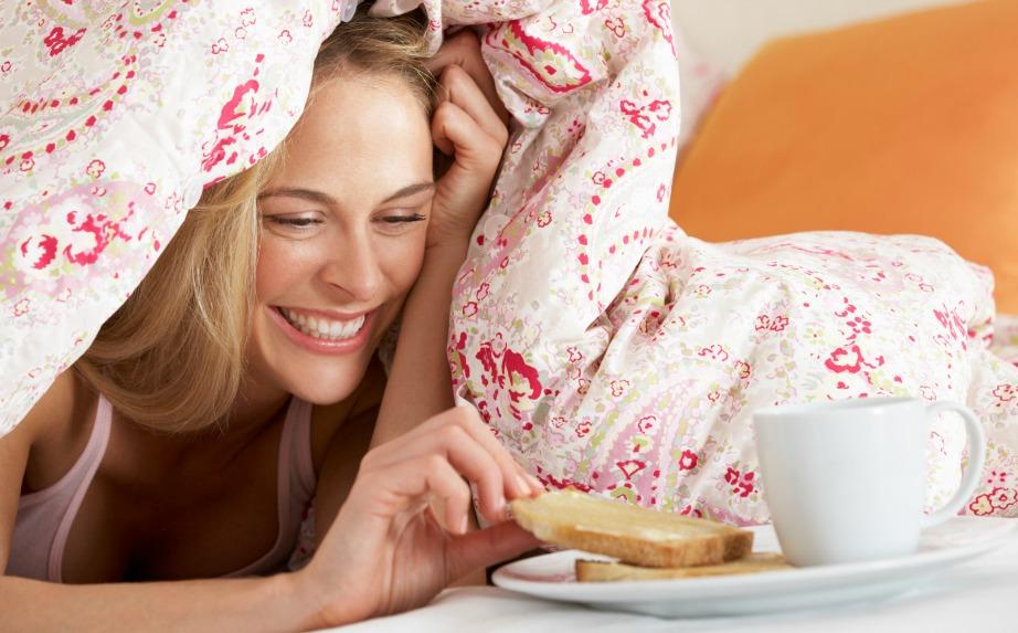 Μια στο τόσο μπορείτε να κάνετε μια έκπληξη στον σύντροφό σας με φαγητό στο κρεβάτι,αλλά καλό θα ήταν αμέσως μετά να τινάξετε τα σεντόνια και να αερίσετε το δωμάτιο για να φύγουν οι μυρωδιές.