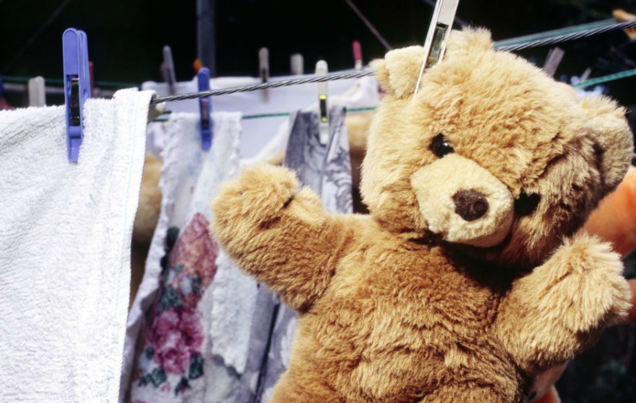 Πλύντε τα παιχνίδια του παιδιού σας στο πλυντήριο βάζοντάς τα μέσα σε μαξιλαροθήκες για να τα προστατέψετε.