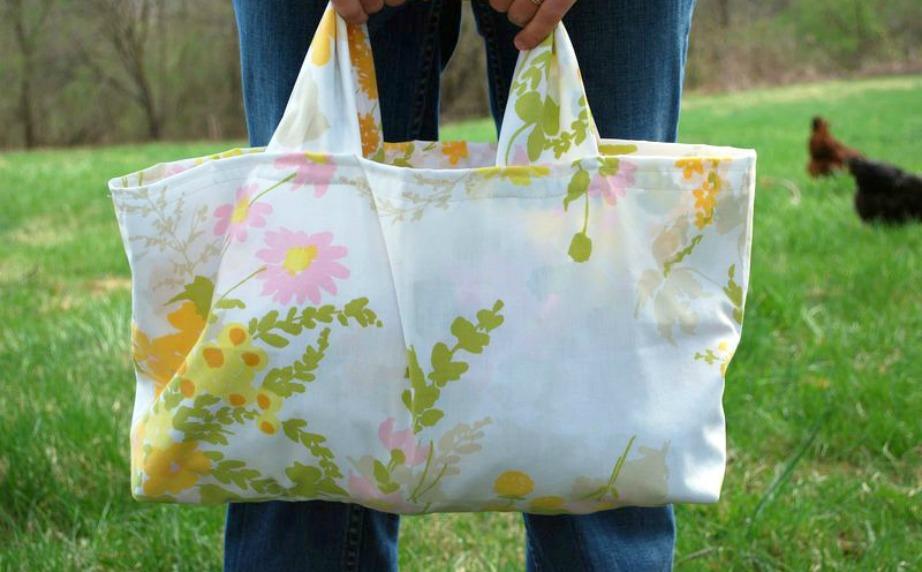 Μπορείτε εύκολα να φτιάξετε τσάντα χρησιμοποιώντας μια μαξιλαροθήκη.