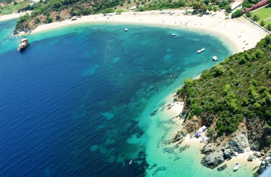 Έχετε δει πιο όμορφο χρώμα σε παραλία; Αυτό το μαγευτικό τοπίο θα αντικρίσετε μόλις επισκεφθείτε τον Νέο Μαρμαρά.
