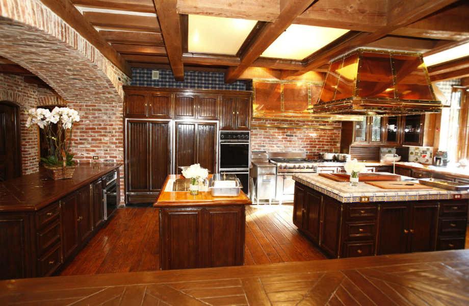 Η κουζίνα παραμένει πιστή στις αρχές της ρουστίκ διακόσμησης που χαρακτηρίζει το ράντσο.