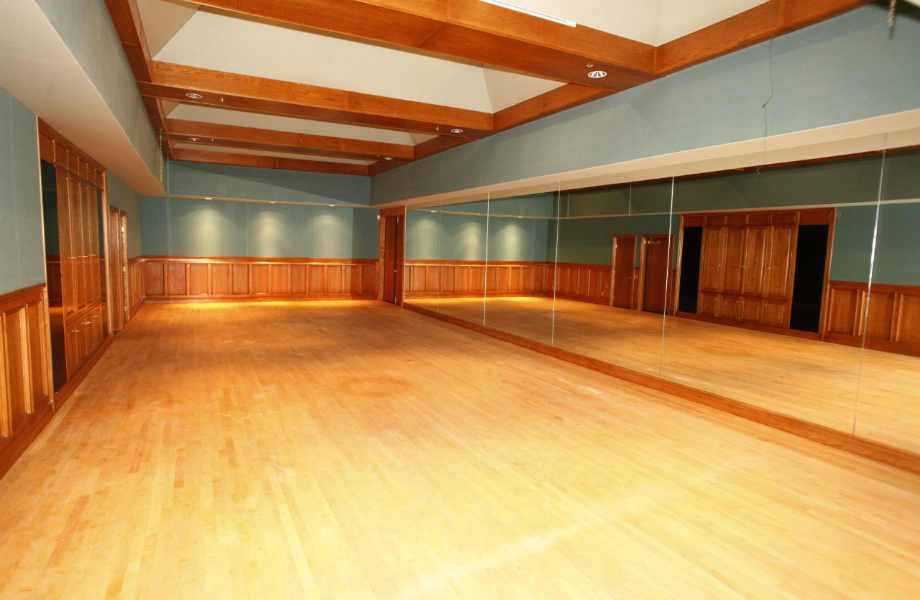Το ράντσο αποτελείται από 22 αυτόνομα κτίρια. Ένα από αυτά στέγαζε το στούντιο χορού του μεγάλου σταρ.