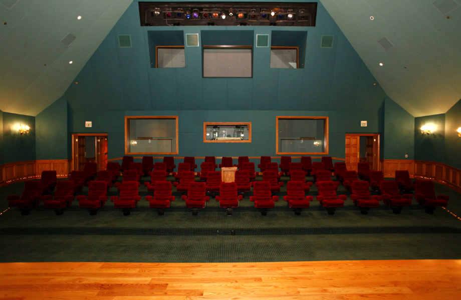 Ιδανική για όχι-και-τόσο-πριβέ προβολές, η κινηματογραφική αίθουσα του ράντσου μπορεί να φιλοξενήσει 50 άτομα.