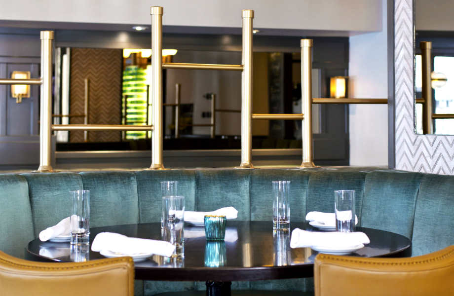 Διαχρονικός και παντός εποχής, ο συνδυασμός του γαλαζοπράσινου με το ανοιχτό καφέ είναι τέλειος για την τραπεζαρία σας.