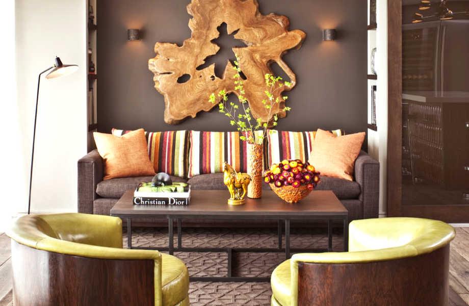 Το πορτοκαλί, το καφέ και το πράσινο σαρτρέζ θα φέρουν το φθινόπωρο και την άνοιξη στο καθιστικό σας.