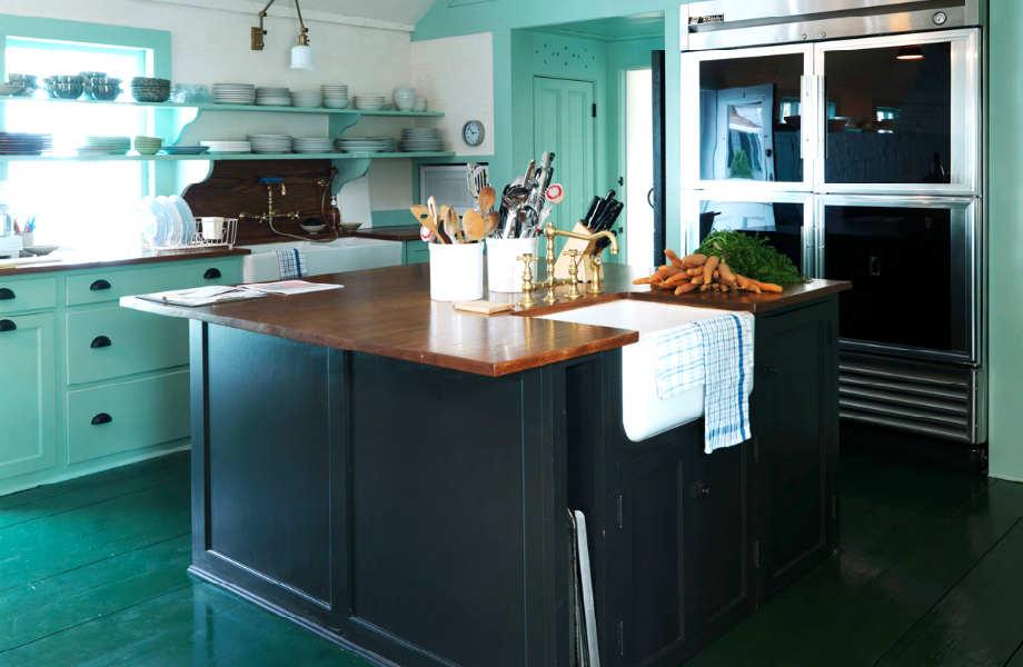 Το σμαραγδί ξύλινο πάτωμα δίνει έξτρα πόντους πρωτοτυπίας και κομψότητας σε αυτήν την ονειρεμένη κουζίνα.