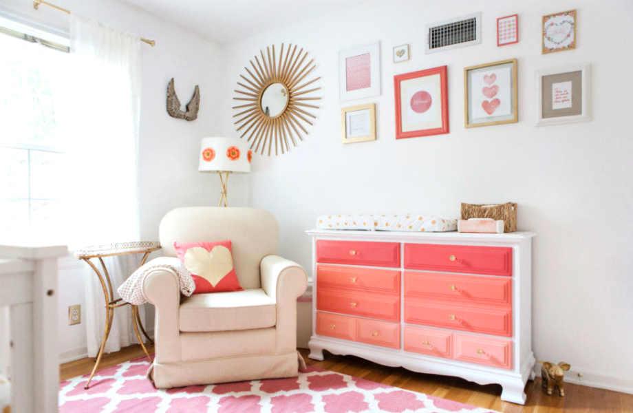 Σε αυτό το λευκό βρεφικό υπνοδωμάτιο, η πολύχρωμη όμπρε συρταριέρα δίνει παιχνιδιάρικο και κομψό τόνο.