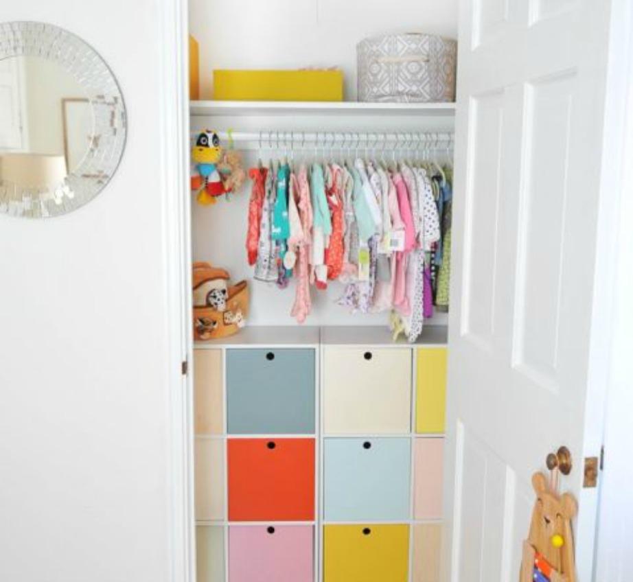 Δείτε πόσο οργανωμένη φαίνεται η ντουλάπα σε αυτό το παιδικό δωμάτιο με τη χρήση χρωμάτων;