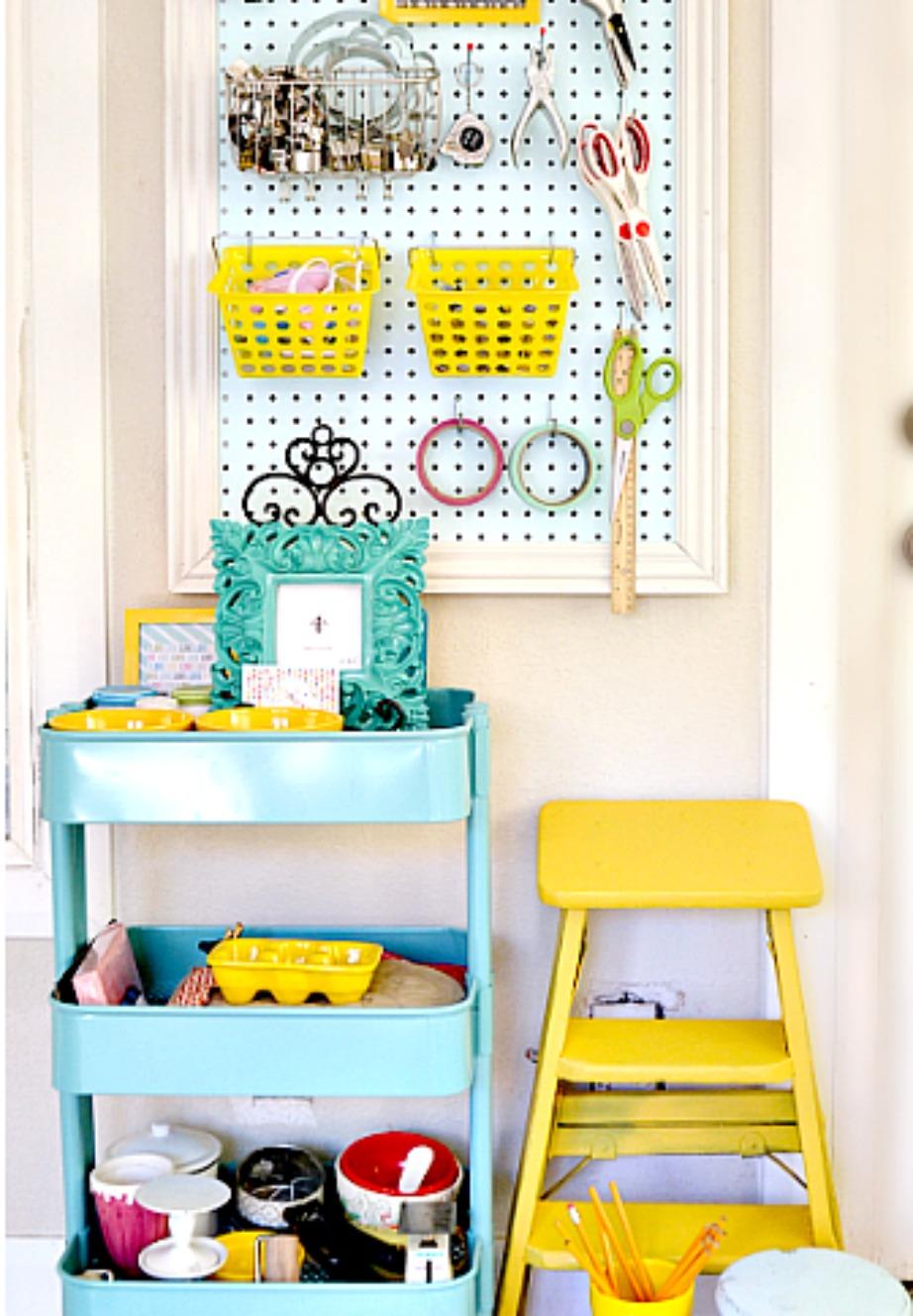 Βρείτε τρόπους να οργανώσετε την ακαταστασία σας χρησιμοποιώντας χρώματα. Δείτε αυτόν τον πίνακα και τα τραπεζάκια με τα ράφια πόσο βολικά και όμορφα δείχνουν.