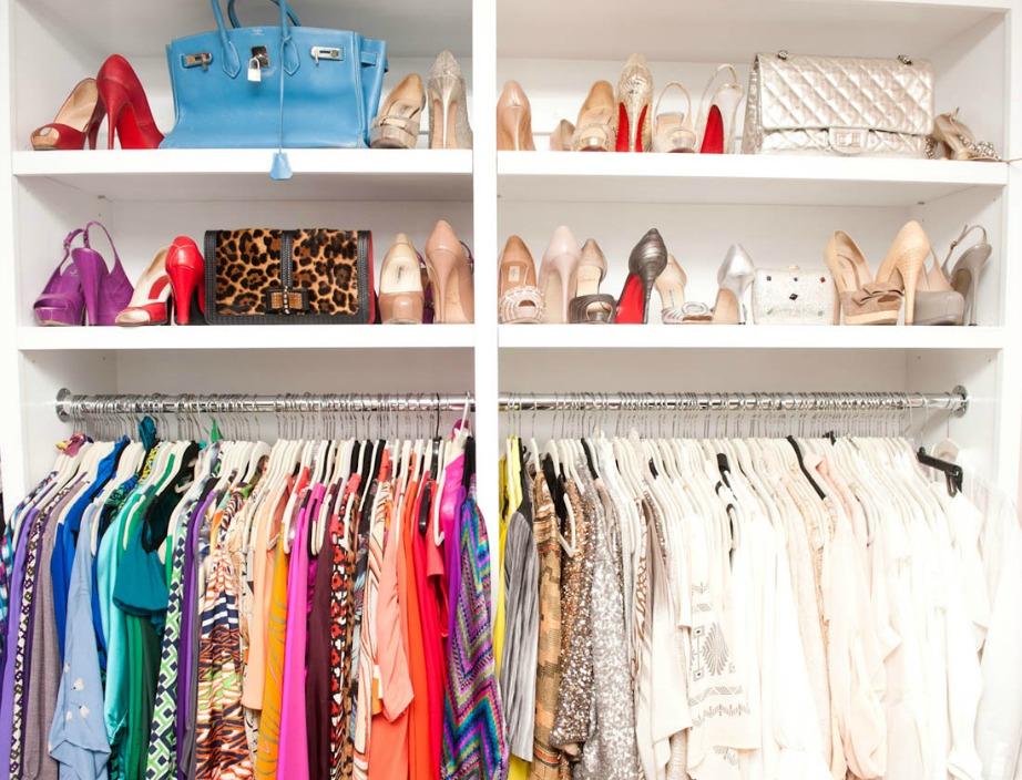 Χωρίστε τα ρούχα σας ανά χρώμα ώστε να τα βρίσκετε πιο εύκολα.