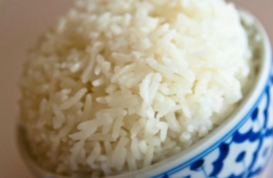 Κάντε το ρύζι φρέσκο ξανά με ένα παγάκι.