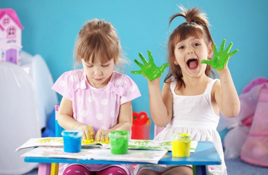 Αφήστε τα παιδάκια σας να ζωγραφίσουν με όποιο τρόπο θέλουν!