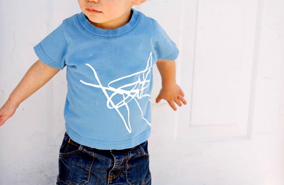 Τα παιδιά λατρεύουν να ζωγραφίζουν τα δικά τους ρούχα. Γιατί λοιπόν να μην αξιοποιήσετε αυτό το ταλέντο δημιουργικά