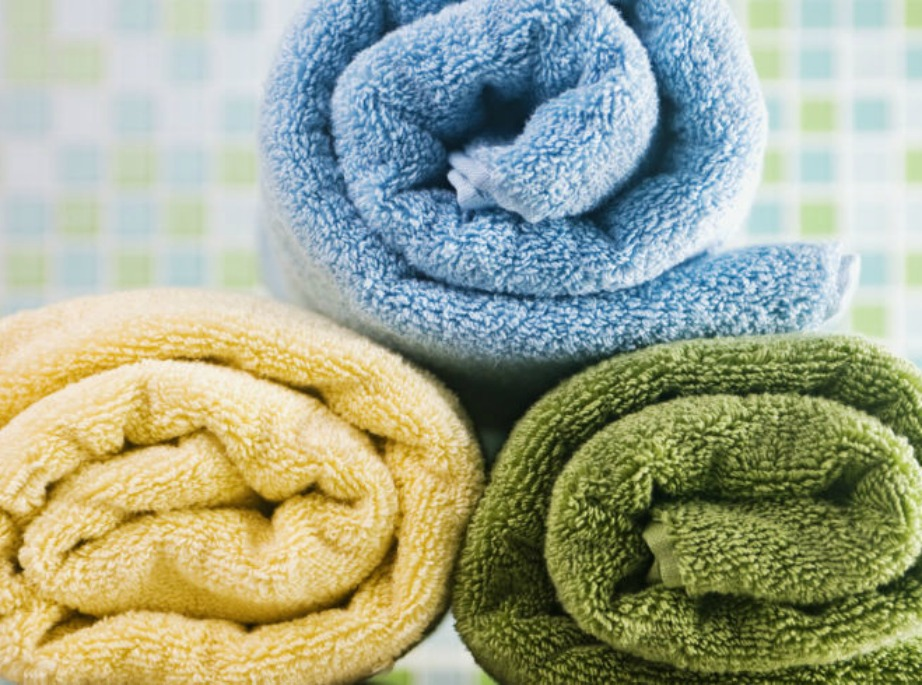 Διατηρήστε αφράτες τις πετσέτες σας με το να αποφεύγετε την πολύ ποσότητα απορρυπαντικού ακι τινάζοντάς τες καλά όταν βγαίνουν από το πλυντήριο.