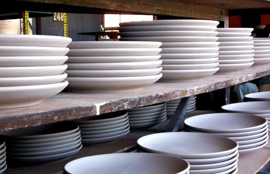 Τοποθετήστε τα πιάτα σωστά ώστε να μην χαράζονται.