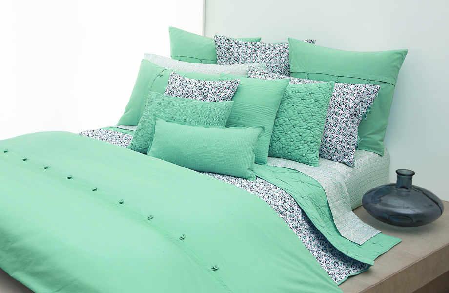Προτιμήστε  να πάρετε μαζί σας χρωματιστά σεντόνια και σκεπάσματα για να δώσετε στο ενοικιαζόμενο χώρο σας αέρα καλοκαιριού!