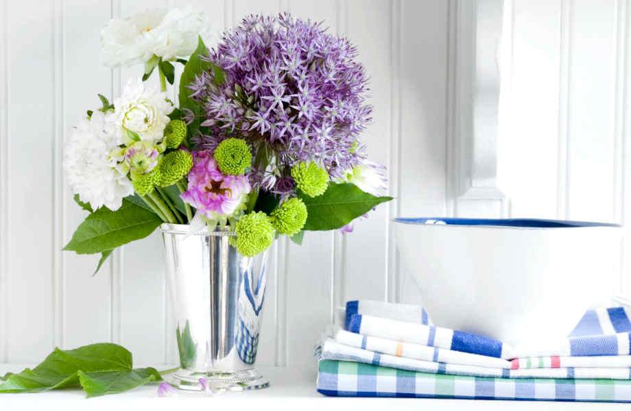 Αρκεί να γεμίσετε ένα βάζο με τα αγαπημένα σας λουλούδια για να νιώσετε πιο  άνετα στο νέο σας χώρο.