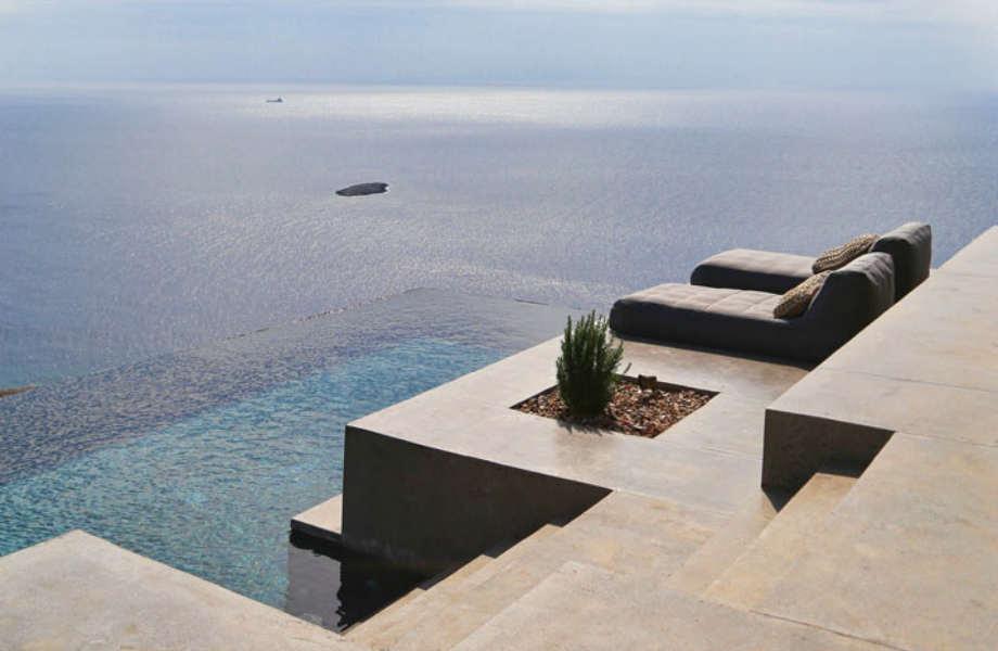 Και οι δύο κατοικίες προσφέρουν συγκλονιστική θέα προς τον κόλπο Πλαγιά.