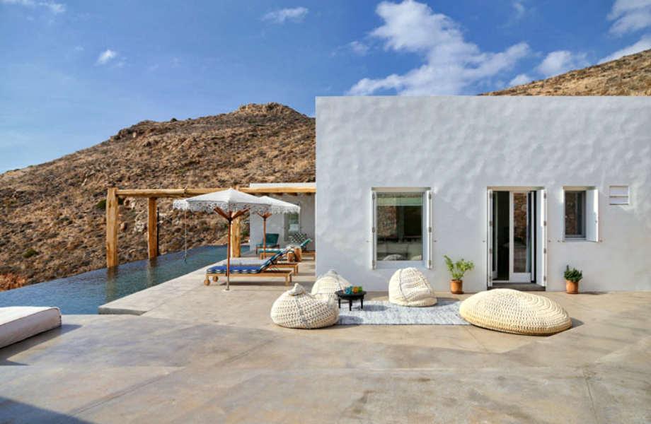 """Η αυλή της κατοικίας """"Syros II""""."""